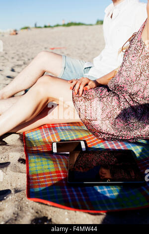 Portrait of man and woman relaxing at beach Banque D'Images