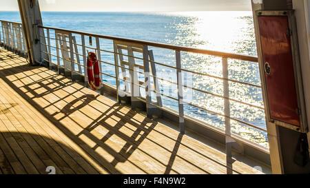 Terrasse en bois vide et balustrade avec une bouée accroché sur le rail sur un passager d'un bateau ou navire de Banque D'Images
