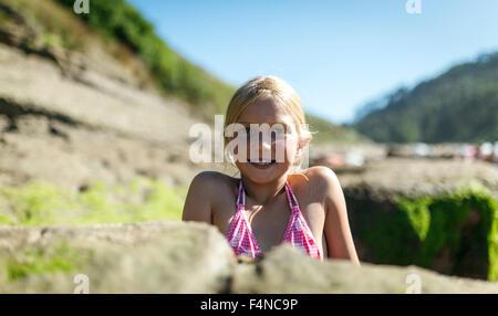 Portrait d'une petite fille blonde sur la plage Banque D'Images