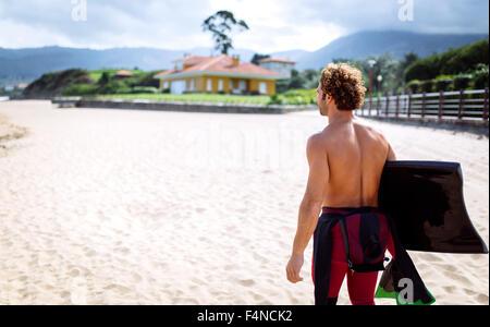 L'Espagne, les Asturies, Colunga, surfer walking with bodyboard sur la plage Banque D'Images