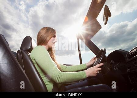 Allemagne, Bavière, femme heureuse dans un cabriolet Banque D'Images