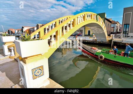 Le Portugal, Aveiro: Moliceiro traditionnel bateau avec les touristes de passage de pont canal São Roque Banque D'Images