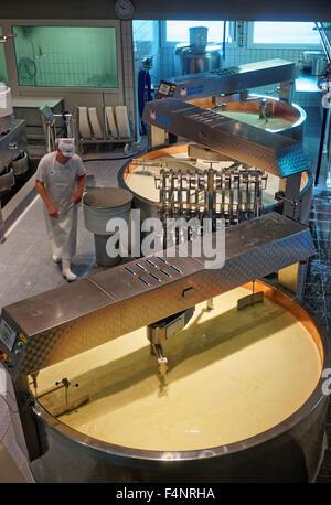 Gruyère, SUISSE - 31 décembre 2014: équipé de façon moderne, zone de traitement de l'usine de fromage gruyère Banque D'Images