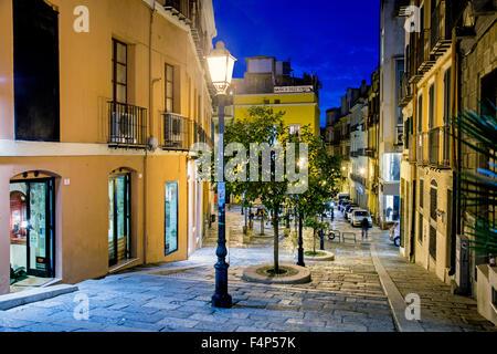 Rue traditionnelle de nuit à Cagliari Sardaigne Italie Banque D'Images