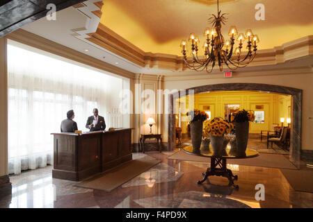 Service Concierge dans le hall de réception, le Boston Harbor Hotel, Boston, Massachusetts Etats-unis Banque D'Images