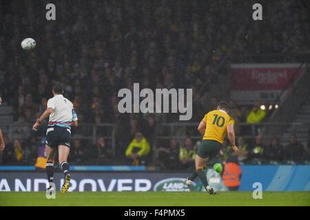Londres, Royaume-Uni. 18 Oct, 2015. Bernard Foley (AUS) Rugby: Bernard Foley, de l'Australie prend la peine gagnante Banque D'Images