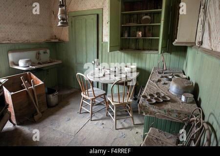 Une cuisine dans une ancienne maison située dans une ville fantôme, ancienne ville minière, Bodie State Historic Banque D'Images