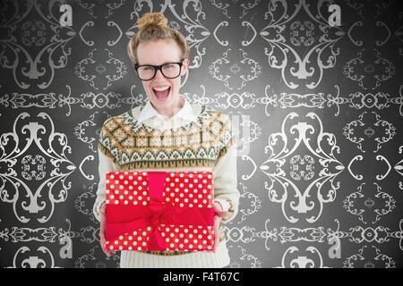 Image composite de hipster geek excité holding present Banque D'Images