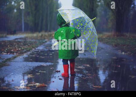 Balades en automne bébé rainy park Banque D'Images
