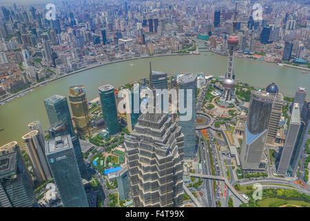 La Chine, la ville de Shanghai, Pudong District, Jinmao building, la rivière Huangpu, l'Oriental Pearl Tower Banque D'Images