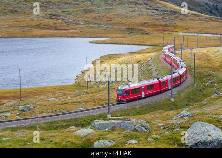 RhB en Lago Bianco en col de la Bernina en Engadine,