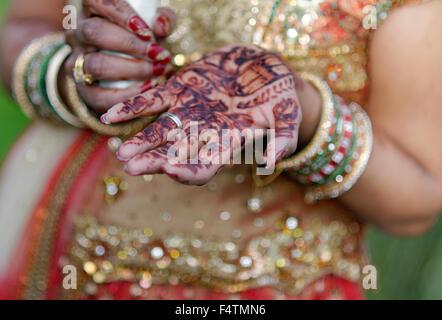 Mariée indienne de henné sur ses mains Banque D'Images