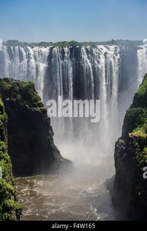 VICTORIA FALLS, AU ZIMBABWE, l'Afrique - Victoria Falls (Mosi-oa-Tunya) , plus grande cascade , sur la rivière Zambèze Banque D'Images