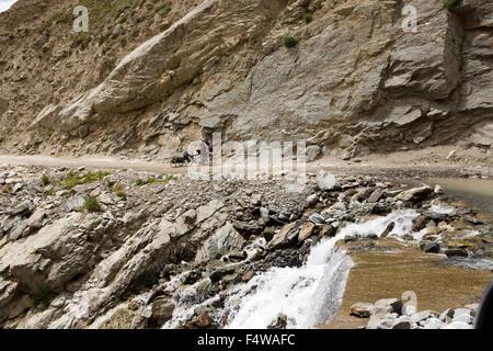 L'Inde, l'Himachal Pradesh, Lahaul et Spiti, Darcha, ouest de cyclistes en tandem avec la pause avant de traverser Banque D'Images