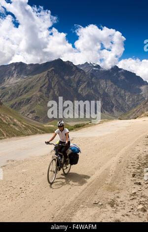 L'Inde, l'Himachal Pradesh, Lahaul et Spiti, Darcha, cycliste féminine solo sur la route Leh-Manali si montagnes Banque D'Images