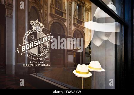 MILAN, ITALIE - 29 août 2015: Borsalino golden store fenêtre dans la Galleria Vittorio Emanuele II, le quartier Banque D'Images