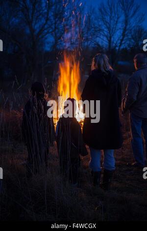 La Suède, Narke, Filipshyttan, grand-père avec ses petits-enfants (6-7, 8-9, 16-17) à à feu Banque D'Images