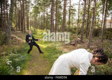 La Suède, la Côte Ouest Suédoise, Bohuslan, couple de jeunes mariés en forêt Banque D'Images