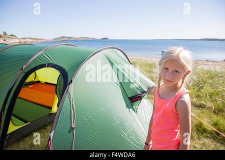 La Suède, la Côte Ouest Suédoise, Halland, Kungsbackafjorden, Girl (10-11) standing in front of tent
