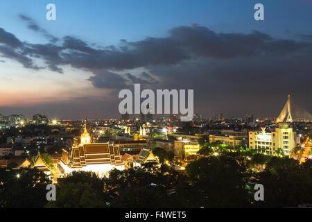 Une vue de la nuit de wat Thepthidaram à Bangkok vieille ville. Cette ville est la capitale de la Thaïlande et parsemée Banque D'Images