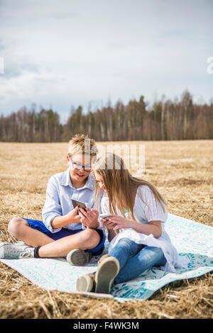 La Finlande, l'Aanekoski, Amerique, Girl (12-13) and boy (12-13) dans la zone de recherche sur la tablette numérique Banque D'Images