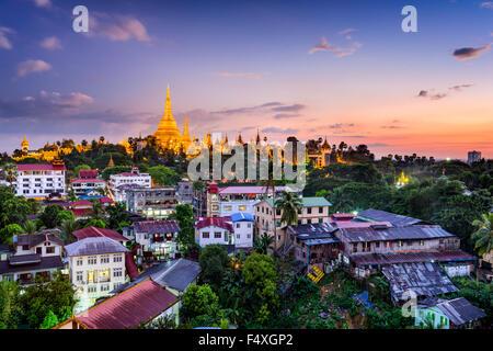 Yangon, Myanmar avec des toits de la pagode Shwedagon. Banque D'Images