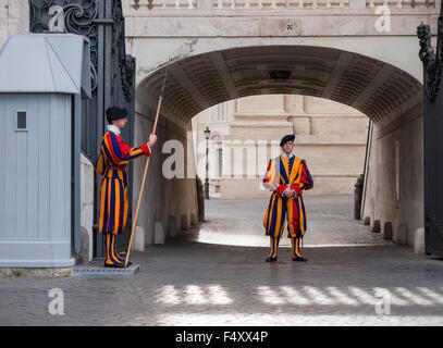 Deux membres de la Garde Suisse sentinel stand sur une entrée du côté de la Basilique Saint Pierre au Vatican, Rome. Banque D'Images