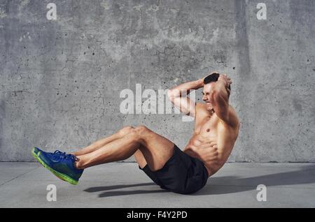 Modèle de remise en forme exercice abdominaux et craque. Bien construire musculaire, tonique corps avec six pack Banque D'Images