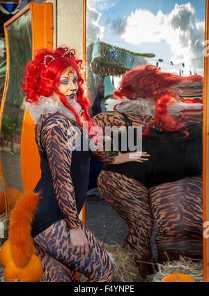 Amusant et intéressant traduit les images déformées, d'une femme en costume d'un léopard, dans des miroirs concaves Banque D'Images