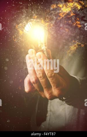 L'énergie de nouvelles idées en matière de gestion des processus d'affaires, homme d'affaires avec ampoule électrique Banque D'Images