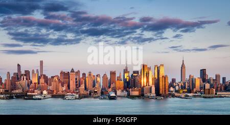 Gratte-ciel de Midtown Manhattan réfléchissant la lumière au coucher du soleil. New York City vue panoramique vue aérienne de l'autre côté de la rivière Hudson.