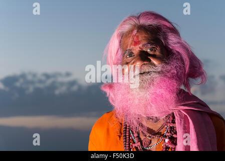 Portrait d'un vieil homme, qui a obtenu sa barbe grise habituellement rose au festival holi Banque D'Images