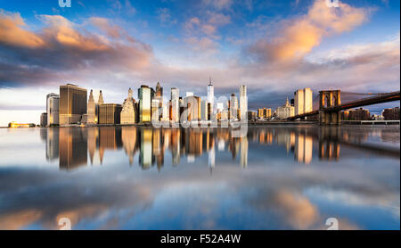 New York City - beau lever de soleil sur Manhattan, avec Manhattan et Brooklyn Bridge USA