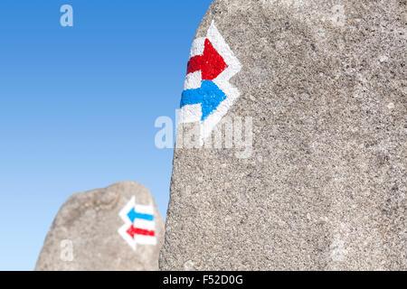 Trail de signes peints sur la roche, choix ou dilemme concept. Banque D'Images
