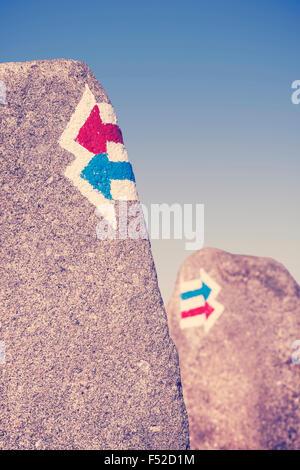 Signalisation aux couleurs rétro peints sur la roche, choix ou dilemme concept. Banque D'Images