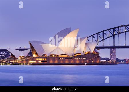 SYDNEY, AUSTRALIE, 10 juillet 2015 - Opéra de Sydney et le Harbour Bridge de Sydney au coucher du soleil. Emblématiques et célèbres de
