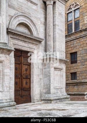 L'Europe, Italie, Toscane, Pienza. L'une des portes d'entrée de la cathédrale de Santa Maria Assunta à la place Banque D'Images