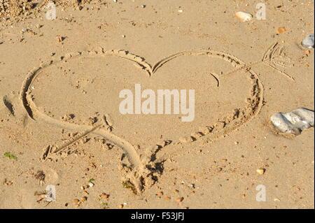 Forme de coeur dessiné dans le sable Banque D'Images