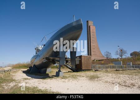 19.04.2015, Laboe, Schleswig-Holstein, Allemagne - Le sous-marin U 995 comme un navire musée au pied du Monument Banque D'Images