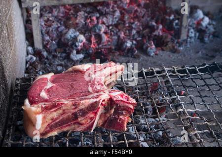 Tranche de viande lourde appelée fiorentina steak prêt pour grill Banque D'Images