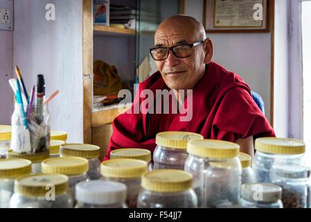 Thiksey, Ladakh - Août 16, 2015: avis de l'herboriste de moine monastère Thiksey assis dans son laboratoire. Banque D'Images