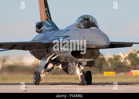 Avion de chasse militaire Flight Falcon F-16 de Belgique dans des couleurs spéciales. Aviation militaire moderne et avions de combat.
