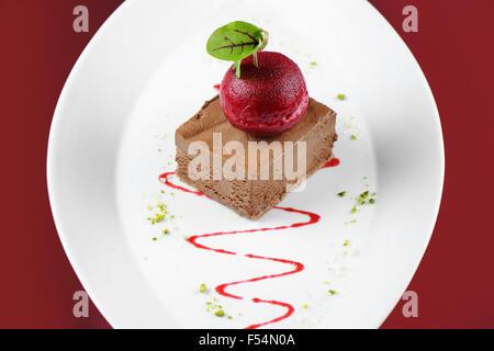 Chocolat Gourmet dessert crème glacée de la souris avec un sorbet cerise noire. Banque D'Images