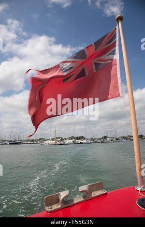Un drapeau britannique dans le vent souffle sur la poupe d'un bateau Banque D'Images
