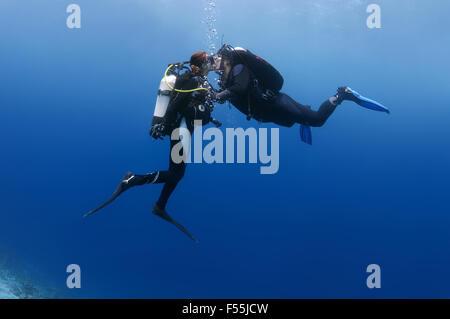 Jeune couple de plongée sous-marine s'embrasser, de l'Océan Indien, les Maldives Banque D'Images