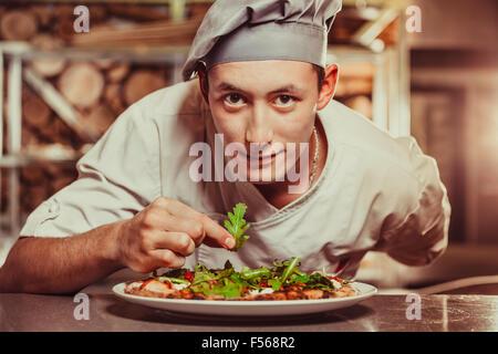Faire cuire la préparation de délicieux hors-d'œuvre masculine Banque D'Images