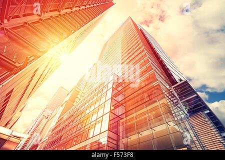 Tons Vintage coucher de soleil sur les gratte-ciel, l'arrière-plan d'affaires moderne avec effet évasé.