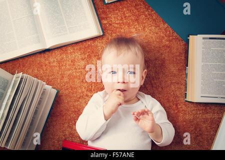 Bébé d'un an avec des livres Banque D'Images