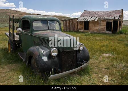 Vintage car construit dans les années 30, vieille maison de bois, ville fantôme, ancienne ville minière, Bodie State Banque D'Images