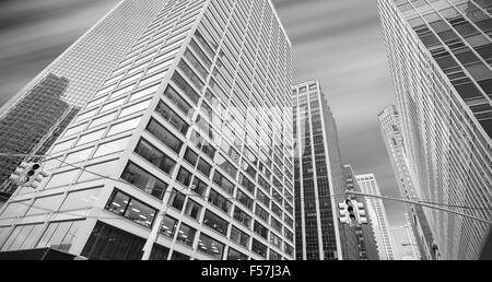 Noir et blanc photo panoramique de bâtiments modernes à Manhattan, New York City, USA. Banque D'Images
